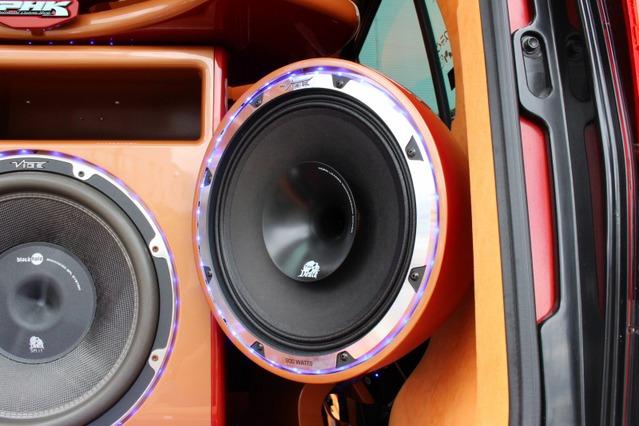 ヴァイブの30cmのコアキシャルユニットを両サイドにインストール。鳴りっぷりの良い中低域で外向きサウンドをの中核を担う。