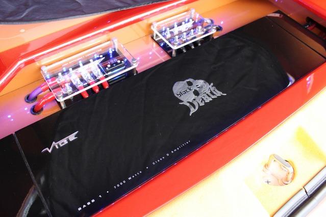 フロアにはサブウーファー用のモノラルパワーアンプを設置。大型ボディはインパクトも十分でフロアを彩るユニットとなった。