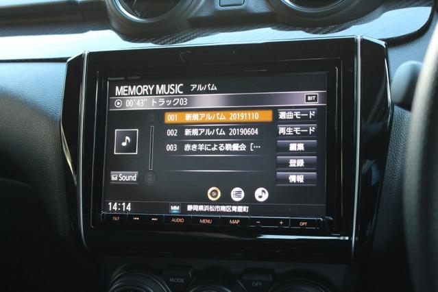 ヘッドユニットはディーラオプションのナビをそのまま利用。曲セレクトなどの操作性も考慮した普段使い優先の選択だ。