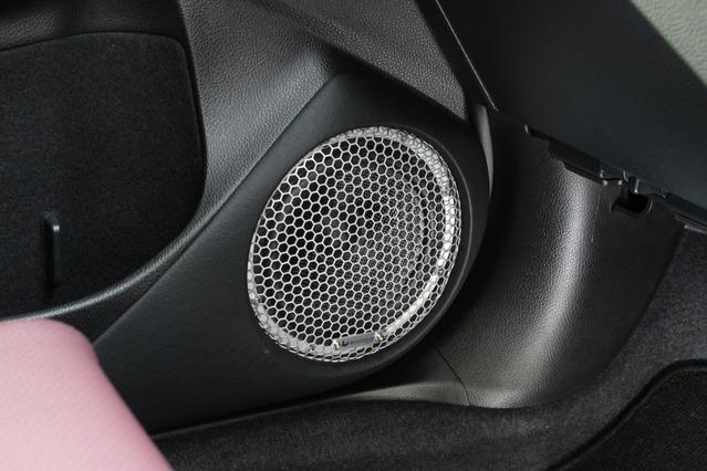 ミッドバスはドアにアウターバッフル化して取り付け。ワンオフ制作したメッシュグリルは純正デザインをそっくり踏襲。