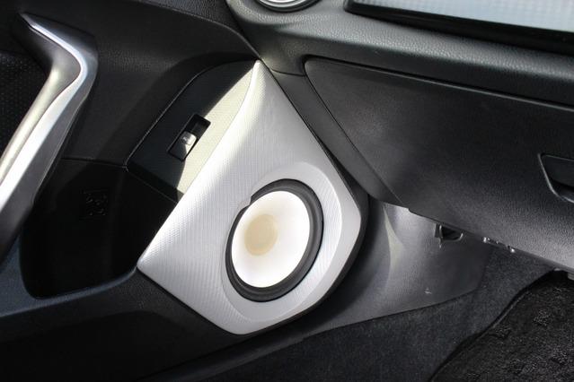 シルバーカーボンを使ったバッフル面を持つドアスピーカー。T3の振動板を透過する背面からのイルミ処理もこのクルマの特徴。
