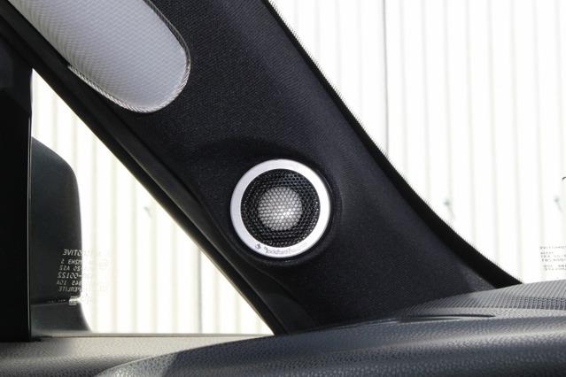 AピラーにはロックフォードT3652-Sのトゥイーターをビルトイン。シルバーグリルとホワイトの振動板が存在感満点。