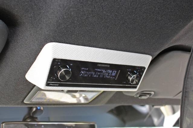 オーバーヘッドにビルトインされるDEH-P01の操作/表示部。本体を分離したので取り付け位置の制約を受けない。