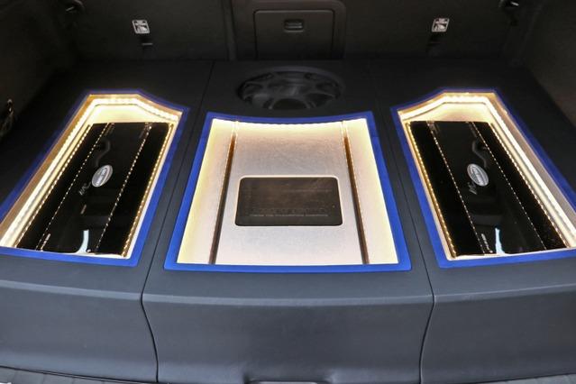 ラゲッジの作り込みは印象的。左右対称にARCオーディオのパワーアンプをインストールしたデザインがスマート。