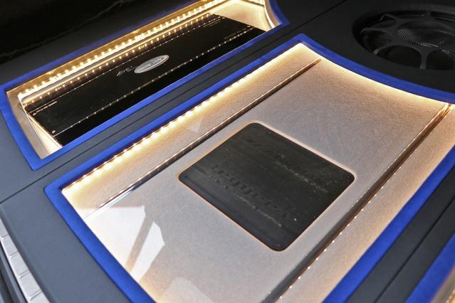 間接照明を使ったデザイン処理もラゲッジの見どころ。人工スエードを使ったパネル面の処理など上質な加工が施される。