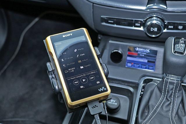 オーディオプレイヤーにはウォークマン・NW-WM1Zを利用する。センターコンソール前方にはヘリックスのダイレクターを設置。