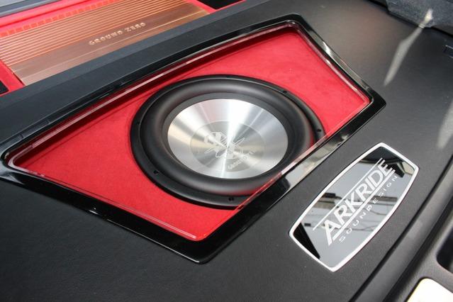 サブウーファーにもグラウンドゼロのユニット・GZHW30Xをチョイス。バッフル面のワインレッドとのコントラストが鮮烈。