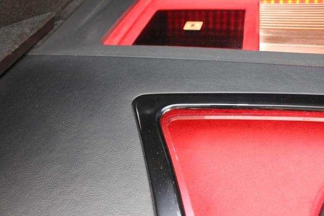 ピアノブラックのリム処理とバッフル面のワインレッド。このカラーリングはコクピットなどにも用いられるこのクルマの統一色だ。