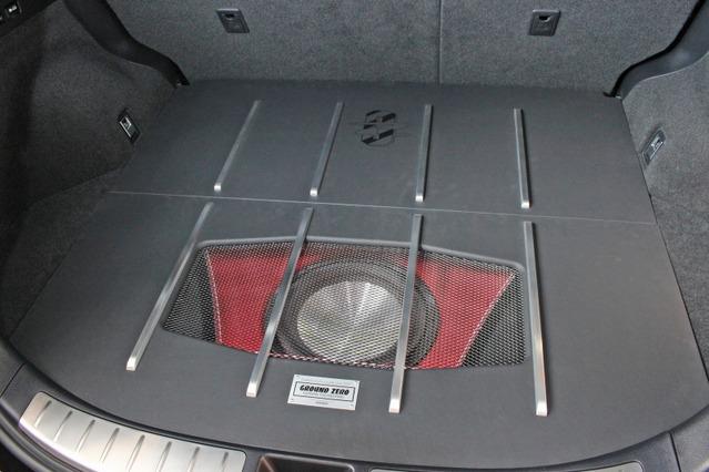 カバーパネルを被せるとこの通りすべてのユニットをプロテクトする。アルミバーを使った造形も施され閉じても美しいスタイル。
