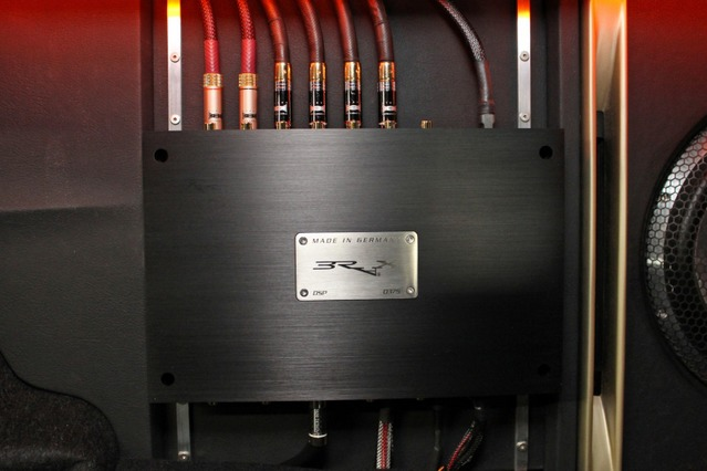 プロセッサーにはブラックスのBRAX DSPをチョイス。アルミバーを使った固定やケーブルの取り回しも美しい仕上がり。