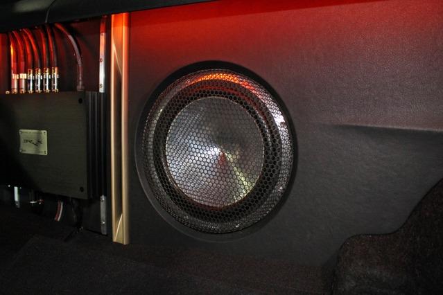 サブウーファーにはマイクロプレシジョンのZ-Studio 245をインストール。縦長のポートも印象的なデザイン。