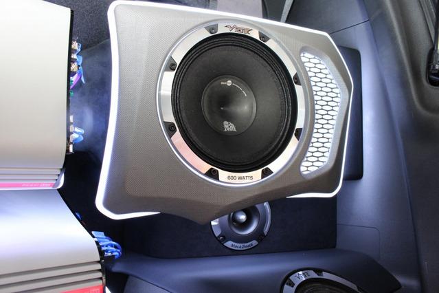 20cmミッドバスBD PRO 8M-V1のインストール処理もラゲッジの見どころ。するバーカーボン使いなど、アピール度も満点の作り込み。