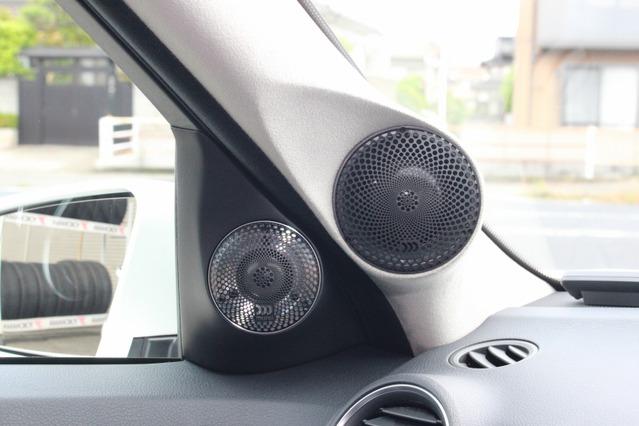 コクピットのインストールで最大の見どころとなるのはAピラーとドアミラー裏を使った中高域スピーカーの取り付け。