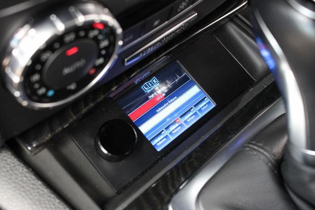 ヘリックスのダイレクターは操作しやすいセンターコンソール前部にビルトイン取り付けされる。