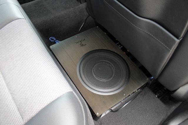 運転席後部のフロアを使って2段重ねのラックを組む。上段にはフォーカルのibus20を設置する。