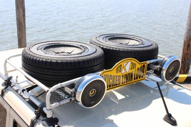 モンテカルロラリー風のルーフキャリアを装備したラパン。2本のタイヤとフォグが設置されている様子だが……。