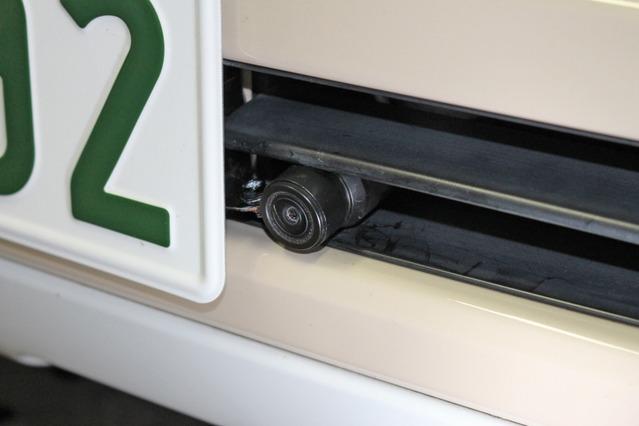 最新装備の存在感を極力出さないようにドライブレコーダーは小型のバイク用をチョイス。ひっそりとナンバー脇に設置した。