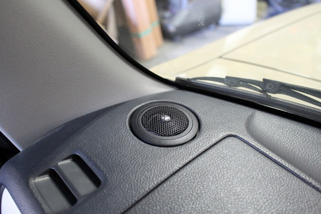 キッカーの中核モデルとして人気のKSS6704。トゥイーターはダッシュ上の純正位置にきれいにビルトインしてある。