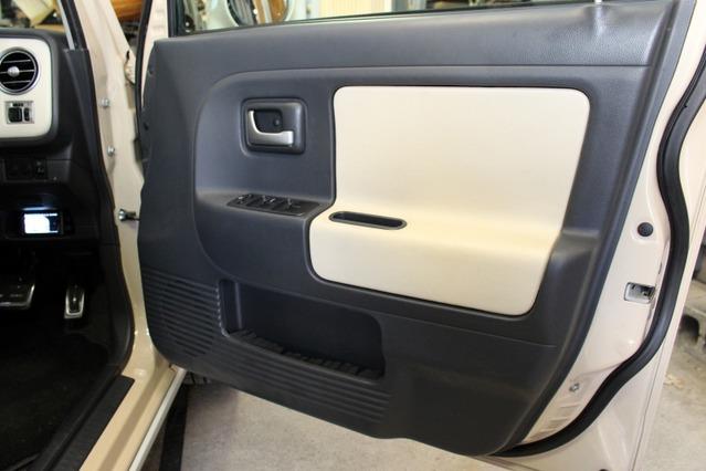 ドアは部分的に張り替え処理を施して内装のカスタム度アップ。キッカーKSSのミッドバスはドア純正位置に市販バッフルで取り付け。