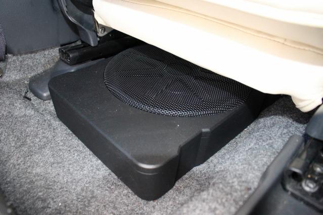 シート下にはキッカーのパワードサブウーファーであるHS10をインストール。小型ボディながら厚みのある低音を響かせる。
