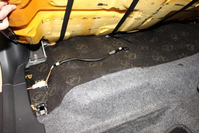 防振処理を各部に施してヤワなボディの軽自動車を補強するのもこのデモカーのポイント。フロアなどにも防振処理を実施した。