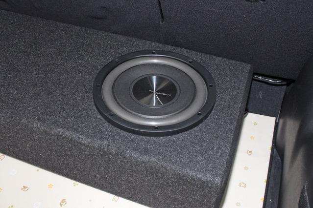 使用するユニットはFDSのZ25W。フルデジタルシステムの低音パートを担当する。薄型ボックスに収まる薄型デザインも特徴。