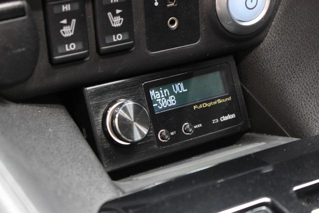 コマンダーはセンタークラスター下部に取り付ける。ドライバーが見やすく操作しやすい場所を設定した。