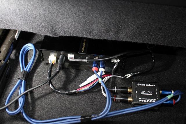 シート下にFDSのフルデジタルサウンドプロセッサーを設置。小型なので取り付け場所を選ばない。