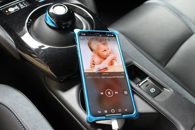 音源に用いるのは普段使っているスマホ(iPhone)。普段使いの音源を車内でも楽しむ。