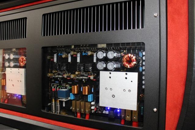 アスパイア・プロDSTはアクリルパネルを用いたシースルー構造で、ハイエンドアンプの回路などを見ることができる。