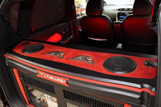 アンプラックの天板にはリアスピーカーであるモレル・スプリーモ602をインストール。贅沢な後席用スピーカーとした。