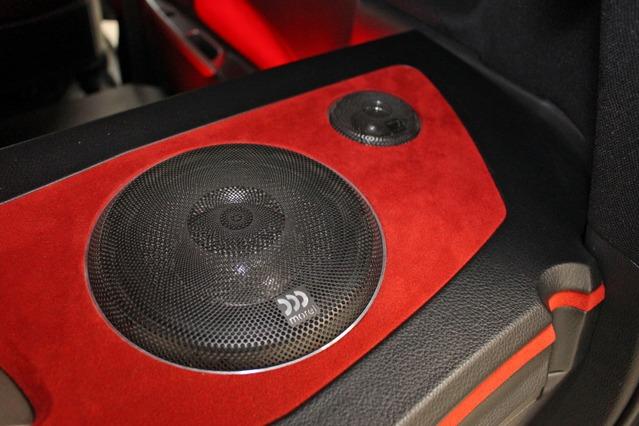 リアスピーカーもアンプラックのデザインの一部に取り入れる。両サイドにミッドバス+ツイーターをインストールする。