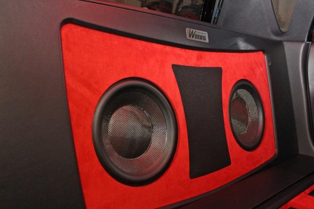 ウーファーにはモレルのウルティモTi SC104をチョイス。レッドのバッフル面にカーボンコーンが存在感満点。