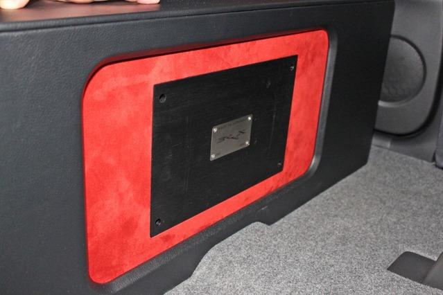 セカンドシート座面の前方ウォールにはブラックスDSPをインストール。デッドスペースを作ること無い凝縮したインストールだ。
