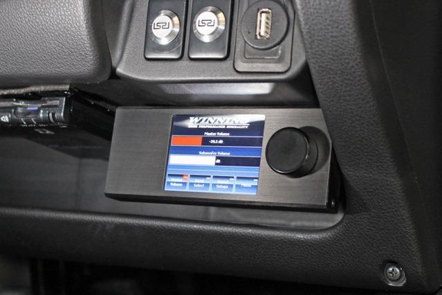 ダイレクターは使いやすいダッシュ脇にセット。上部に見えるのはレイヤードサウンドのスイッチ。前後別にシステムアップされる。
