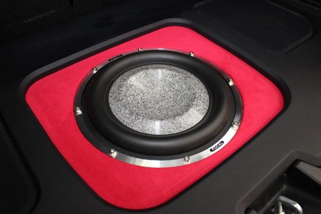 サブウーファーにはスモールボックスでの取り付けが可能だったこと低音の音質を重視してユートピアMをチョイス。