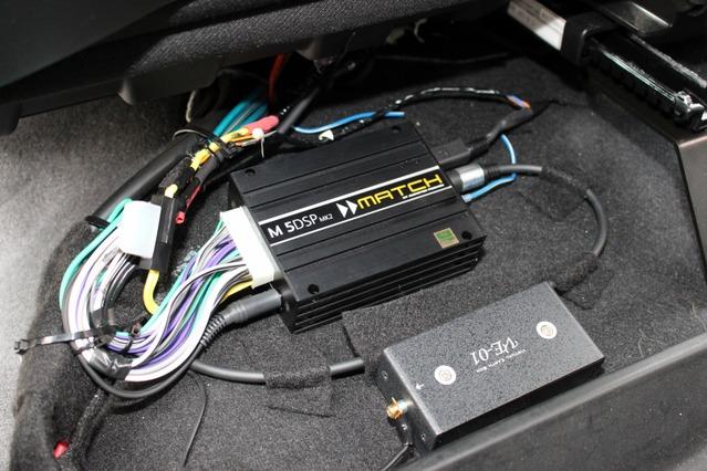 シート下にはヘリックスのDSPアンプであるM5 DSP MK2を取り付ける。コンパクトなボディで取り付け位置を選ばないのも魅力。
