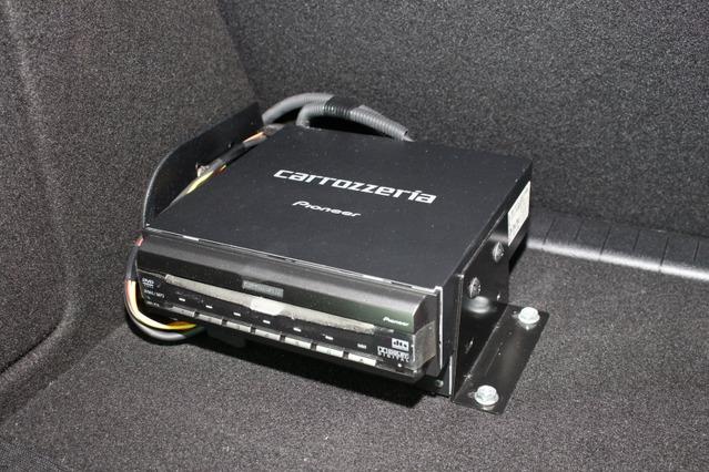 ラゲッジの片隅に設置されているのは6ディスクマルチプレイヤーのXDV-P70。CD/DVDチェンジャーとして活躍中だ。
