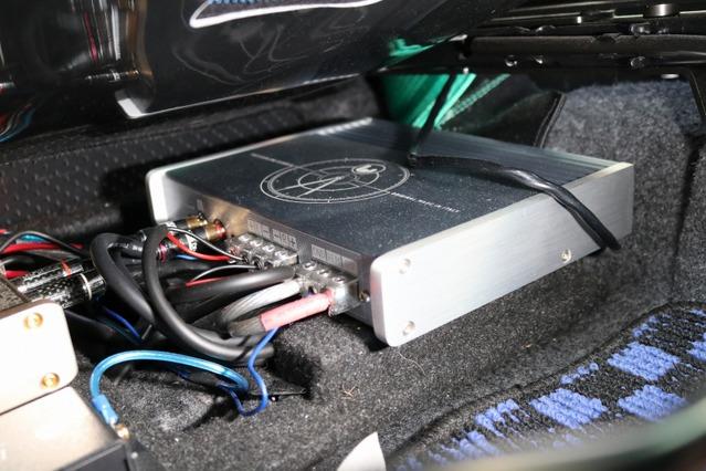 シート下のデッドスペースに収めたシンフォニ・クワトロリゴのTempoシリーズ・ヘリテージ。省スペースを徹底する取り付けだ。