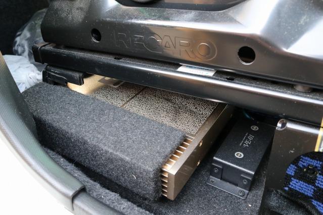 ミッドバスやミッドレンジのドライブに用いているのはシンフォニクワトロリゴのインゴット。こちらもシート下に収めた。