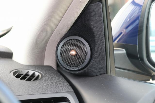 ロックフォードT5のツイーターはドアミラー裏にパネルをワンオフ加工して取り付ける。このデザインもオーナーのお気に入り。