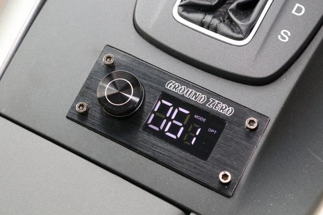 センターコンソール後部にビルトイン取り付けされているグラウンドゼロのDSP操作部。インテリアに溶け込むデザインだ。