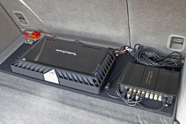 ラゲッジ奥にはボードを組んでパワーアンプとプロセッサー本体をインストール。ラゲッジをスポイルしないサイズ感とした。