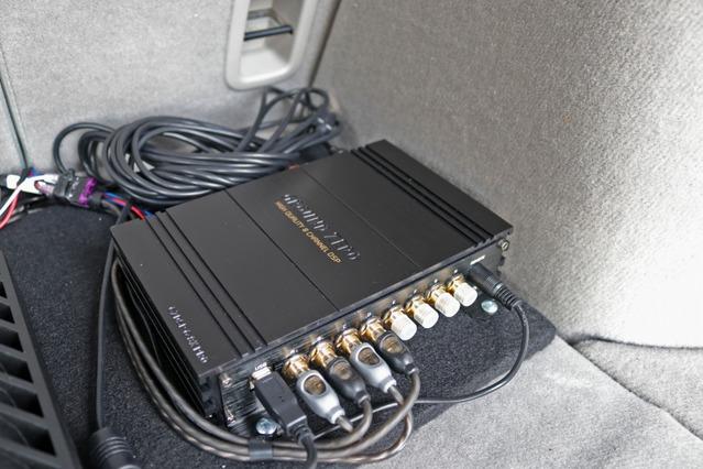 プロセッサーにはグラウンドゼロのGZDSP6-8XPROをチョイス。車内のサウンドコントロールを一手に担っているユニットだ。