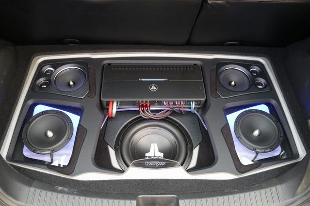立体感と大人のムードを両立させるたラゲッジのオーディオボード。サブウーファーの面を奥に設置するなど3Dデザインも映える。
