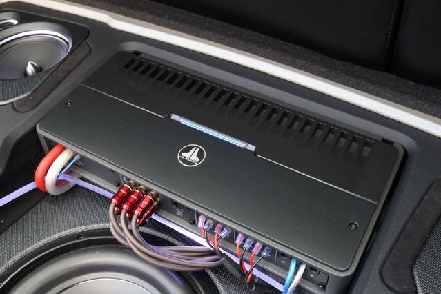 パワーアンプには5チャンネルモデルのJLオーディオのRD900/5をチョイス。質の高い増幅でサウンドクオリティを高める。