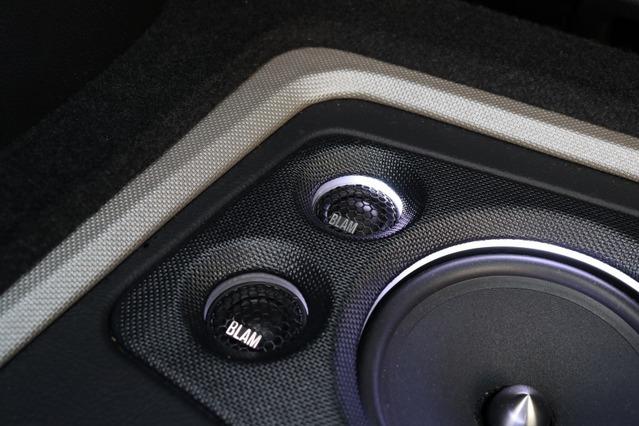 2セットのブラムの2ウェイスピーカーを使ったが、ツイーターはこの位置にまとめてビルトインするのも印象的なデザイン。