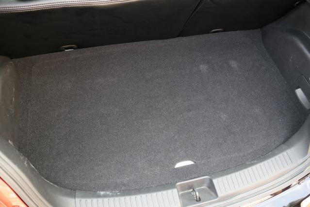 ここまで手の込んだカスタムインストールながらトップ面は実はフラットでカバーを被せればこのように荷物も載せられる仕様だ。