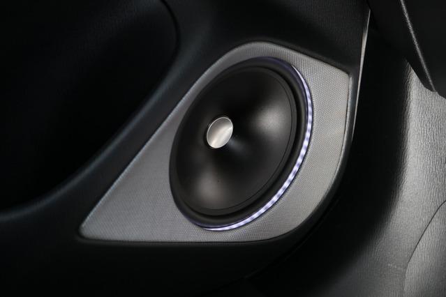 JLオーディオのZR650CSiをフロントスピーカーにチョイス。ミッドバスはアウターバッフル化しイルミ処理も施した。