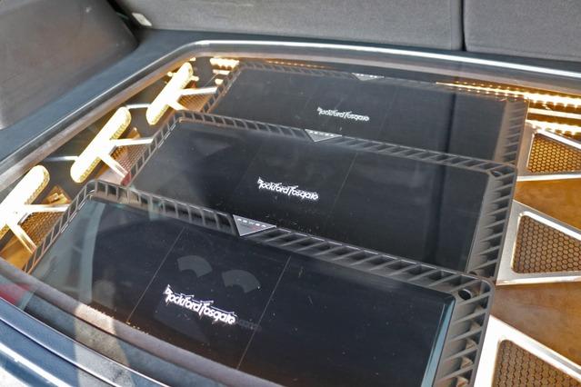 パワーアンプにはロックフォード・パワーシリーズのT1000-4×2台とT2500-1dBをチョイス。大型アンプは魅せる効果も満点だ。